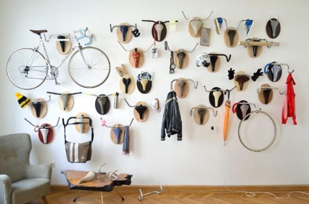 como una cabeza de venado embalsamado pero sin la crueldad estos manubrios y asientos viejos se convierten en un colgador de bicicletas