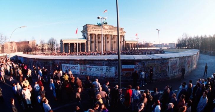 muro de berlín, 25 años, roberto ampuero, muro, comunismo, guerra fría, historia, muro chileno, ángela jeria