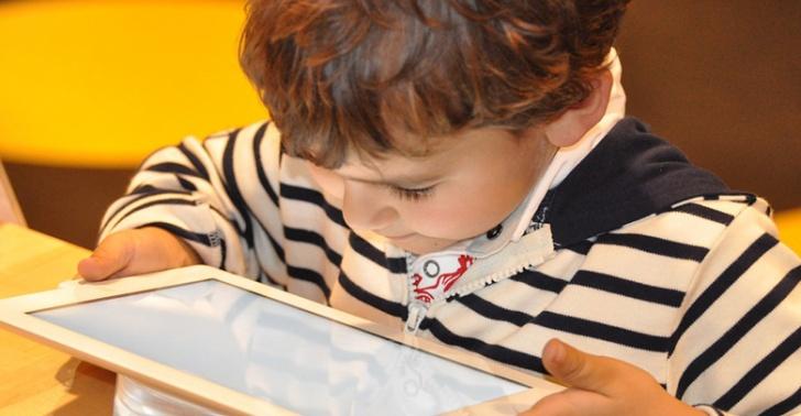 Tecnología, conexión, niños, hiperconectados, internet, tablets