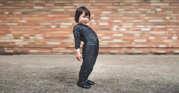 63edbd145 Crean ropa expandible para niños que sirve desde los 4 meses hasta ...