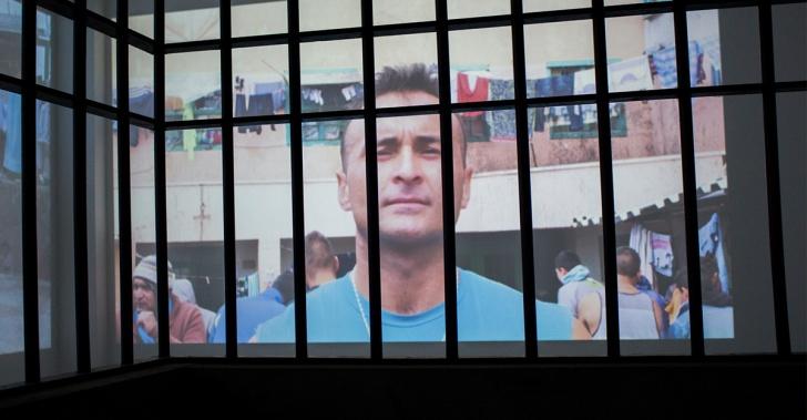 los muros de chile, exposición, audiovisual, cárcel, prisión, políticas públicas, reinserción, arte, luz, proyección, andrea brandes, louis von adelsheim
